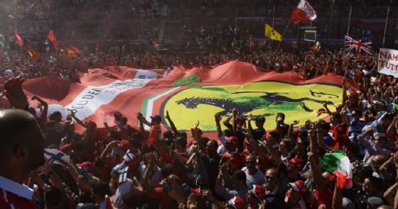 Il cuore rosso Ferrari portato dai tifosi nell'invasione di pista a Monza