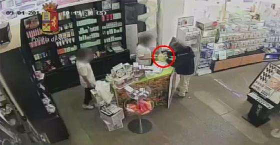 Il ladro in azione durante l'ultima rapina