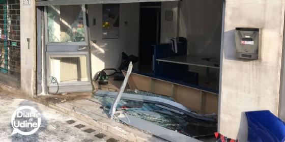 Auto finisce contro una vetrina in piazzale d'Annunzio (© Diario di Udine)