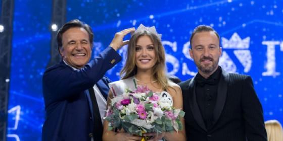 La trentina Alice Rachele Arlanch, Miss Italia 2017, con i conduttori Christian De Sica e Francesco Facchinetti
