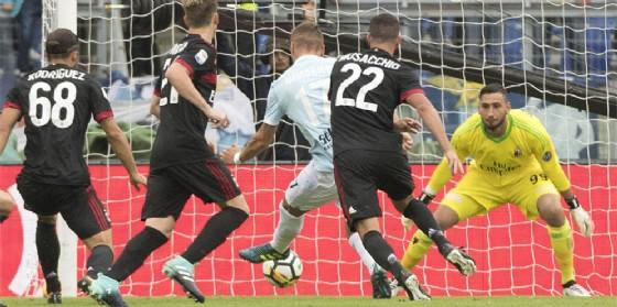 Il terzo gol segnato da Immobile in mezzo ai difensori rossoneri