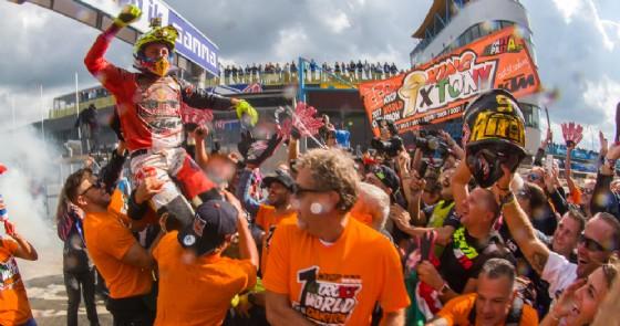 Tony Cairoli festeggia il titolo mondiale in Austria con il team Ktm