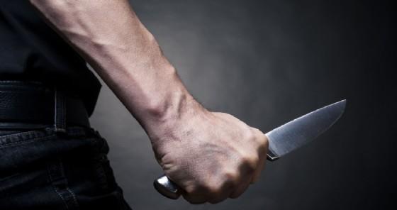 Tenta un colpo con il coltello ma il cassiere lo fa scappare