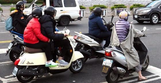 In arrivo più parcheggi per le moto in centro città (© Ansa Foto)