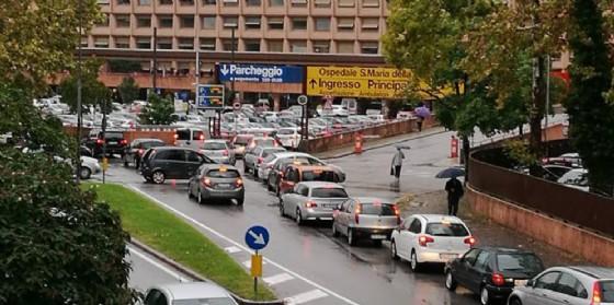 Parcheggio dell'ospedale in tilt: le ambulanze faticano a passare (© Emanuela Santi)