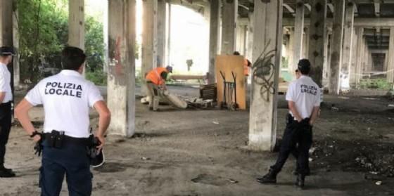 La Polizia locale sgombera quattro bivacchi sotto il cavalcavia di Mestre