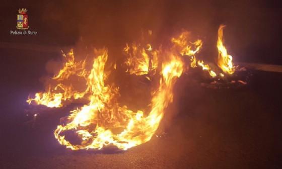 Macchina in fiamme (© Polizia di Stato)