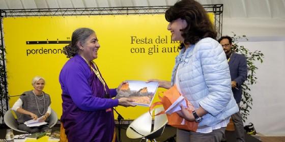 Mariagrazia Santoro (Assessore regionale Infrastrutture e Territorio) consegna il premio Dolomiti Unesco a Vandana Shiva (Scienziata ed economista indiana) a pordenonelegge (© Foto Gigi Cozzarin)