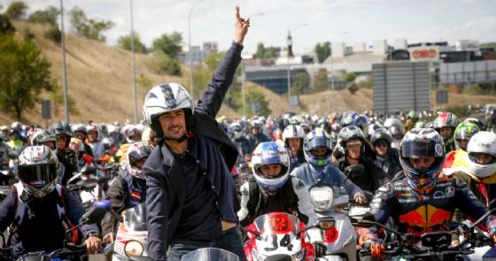 Il figlio Pablo Nieto alla testa del convoglio di moto