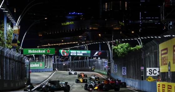 Lewis Hamilton su Mercedes in testa al GP di Singapore