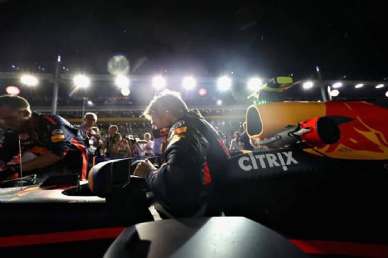 Max Verstappen si cala nell'abitacolo poco prima del via