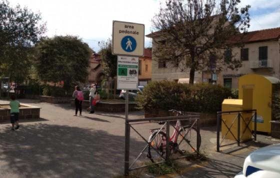 Il cartello dell'area di attesa in piazza XXV Aprile a Chiavazza