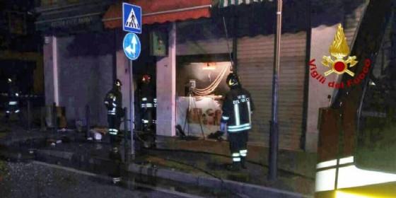 Fa esplodere con la benzina il kebabaro in via Piave, si ustiona e tenta la fuga: arrestato