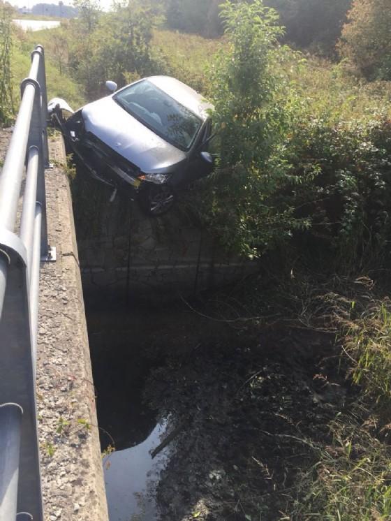 L'auto in bilico fuori strada