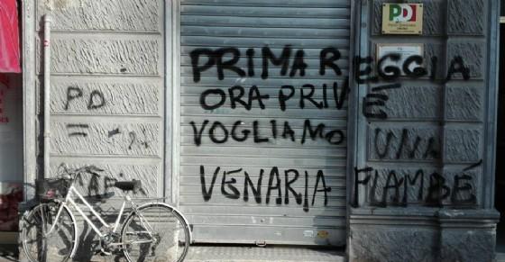 La scritta sulla saracinesca della sede Pd in via Di Nanni (© Diario di Torino)