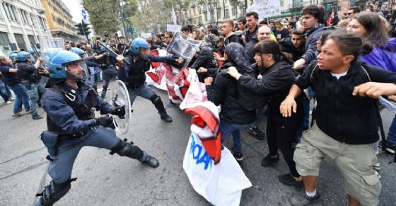 Scontri tra manifestanti e polizia (© ANSA)