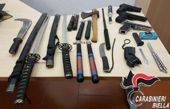 L'arsenale sequestrato (© Carabinieri Biella)