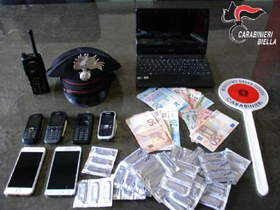 Profilattici, soldi e telefoni cellulari sequestrati dai militari (© Carabinieri Biella)