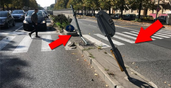 Semaforo e cartello stradale distrutti nell'incidente (© Diario di Torino)