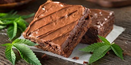 Cannabis: finiscono in ospedale per aver mangiato una torta regalata dal figlio (© Adobe Stock)