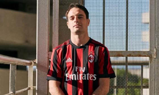 Giacomo Bonaventura indossa la maglia del Milan 2017-2018, l'ultima prodotta dall'Adidas