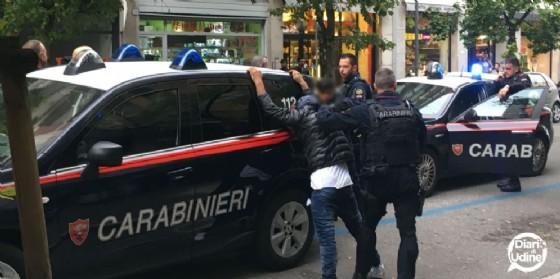 L'intervento dei carabinieri in via Roma (© Diario di Udine)