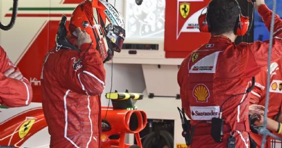 Kimi Raikkonen al box della Ferrari