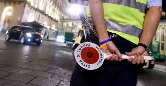 Controlli della polizia municipale in diverse zone della città di Torino (© ANSA)