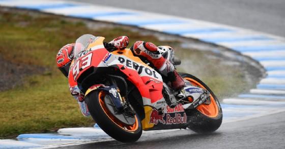 Marc Marquez in sella alla sua Honda sulla pista bagnata di Motegi