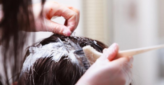 Tinture per capelli cancerogene: più rischio cancro al seno. Allarme tinture