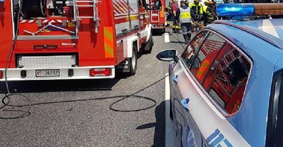 Furgone in fiamme sulla statale per Rivarolo (© Ansa Foto)