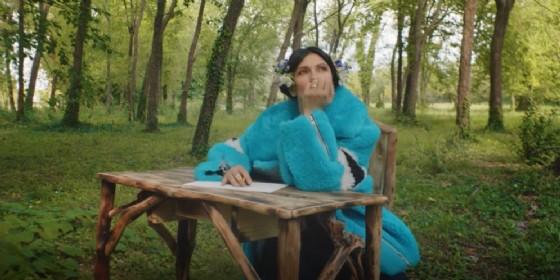Elisa in un fotogramma del nuovo video «Ogni istante» girato nella Riserva naturale della Foce dell'Isonzo