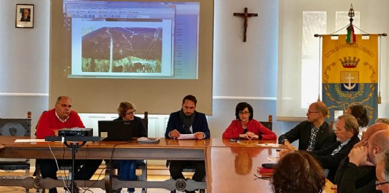 Gli assessori regionali Cristiano Shaurli (Risorse agricole e forestali) e Sara Vito (Ambiente ed Energia) incontrano i sindaci Linda Tomasinsig (Gradisca d'Isonzo) e Marco Vittori (Sagrado) per fare il punto sullo stato dell'Isonzo (© Regione Friuli Venezia Giulia)
