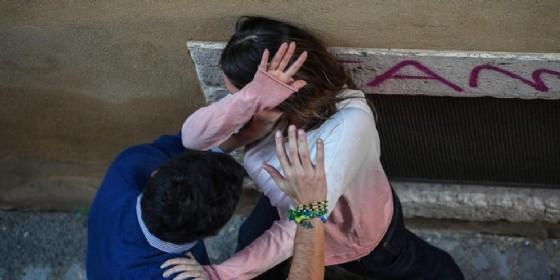 Dopo le minacce picchia la moglie, poi le taglia i capelli con un coccio di vetro. Arrestato (© ANSA)
