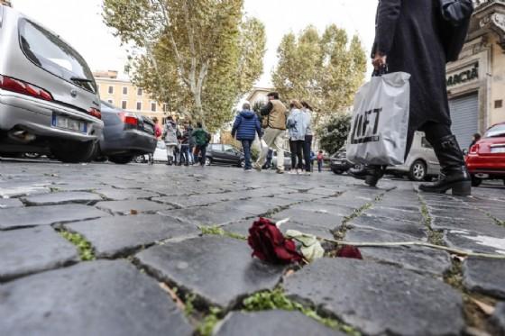 Roma, branco massacra di botte due migranti in pieno centro