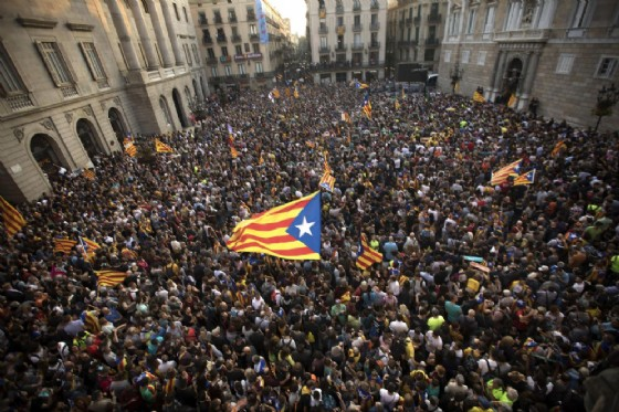 Manifestazioni a Barcellona dopo che la Catalogna ha dichiarato la propria indipendenza da Madrid
