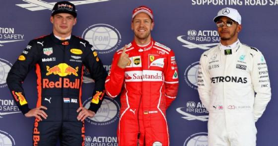 Sebastian Vettel in mezzo a Max Verstappen e Lewis Hamilton