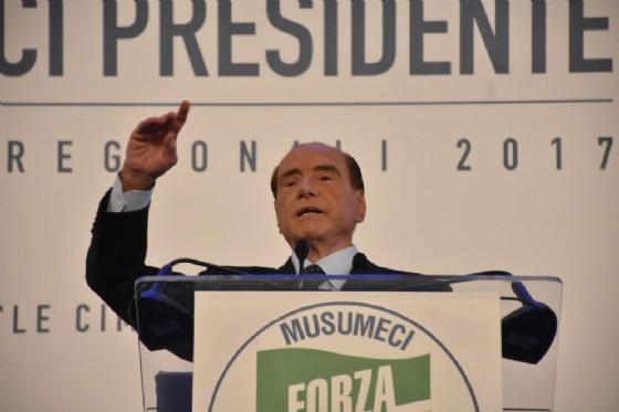Il leader di Forza Italia Silvio Berlusconi durante un comizio a sostegno di Nello Musumeci per le Regionali siciliane