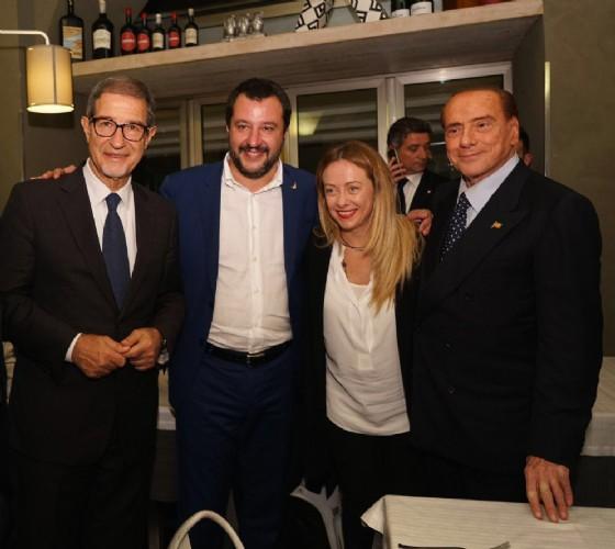Il neopresidente della Regione Sicilia Nello Musumeci con Giorgia Meloni, Matteo Salvini e Silvio Berlusconi durante il loro 'patto dell'arancino'
