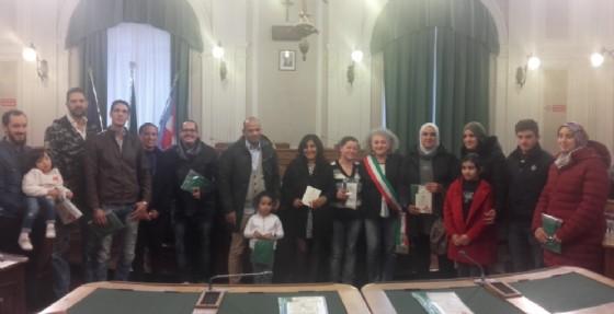 I nuovi cittadini cheieridurante la cerimonia presso la sala del consiglio di Palazzo Oropa (© Comune di Biella)