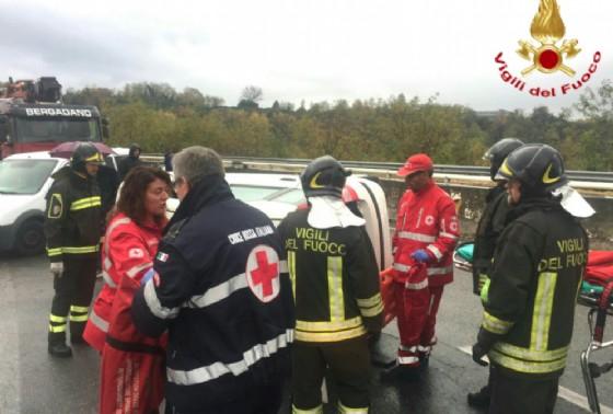 Un momento dei soccorsi di oggi tra vigili del fuoco e personale del 118 (© Vigili del fuoco - Biella)