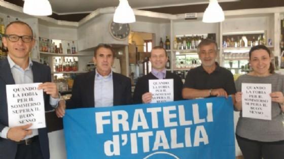 Davide Zappalà (primo a sinistra) durante una protesta contro il governo di militanti di Fratelli d'Italia (© Diario di Biella)