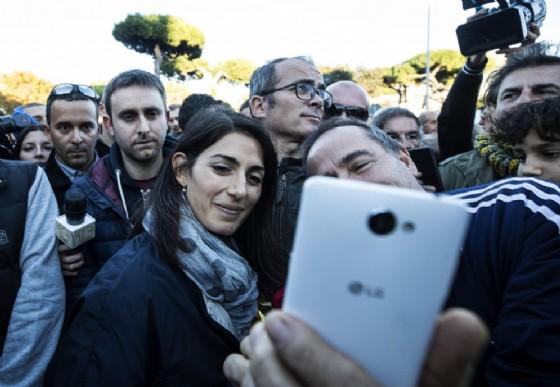 La sindaca di Roma Virginia Raggi con l'ex marito Andrea Severini durante la manifestazione 'Uniti per la legalità' contro la criminalità ad Ostia