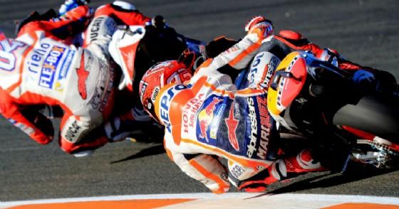 La Ducati di Andrea Dovizioso davanti alla Honda di Marc Marquez a Valencia