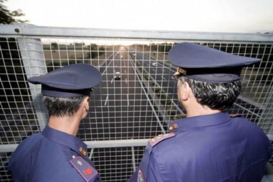 La polizia stradale sul cavalcavia