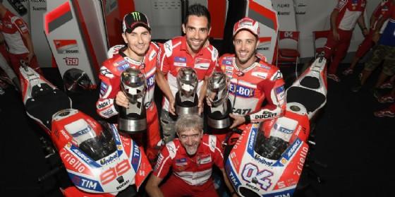 Il direttore generale Gigi dall'Igna con i piloti Jorge Lorenzo, Michele Pirro e Andrea Dovizioso
