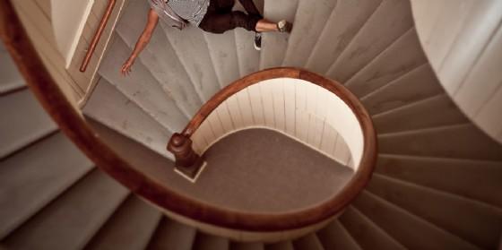 Esce di casa, inciampa e cade sulle scale: muore donna 64enne