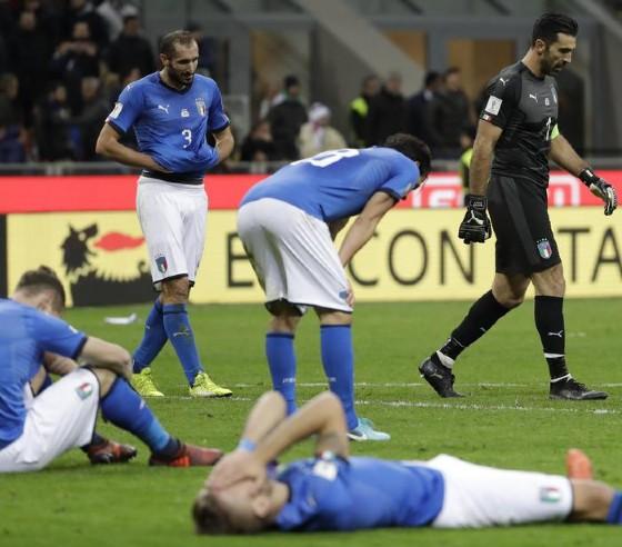 Giocatori delusi dopo il pareggio con la Svezia