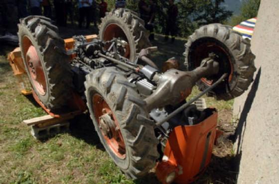Il trattore ribaltato durante l'incidente