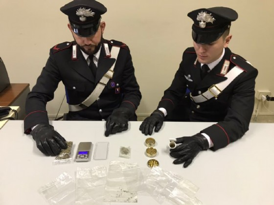 Marijuana e materiale sequestrato (© Carabinieri)